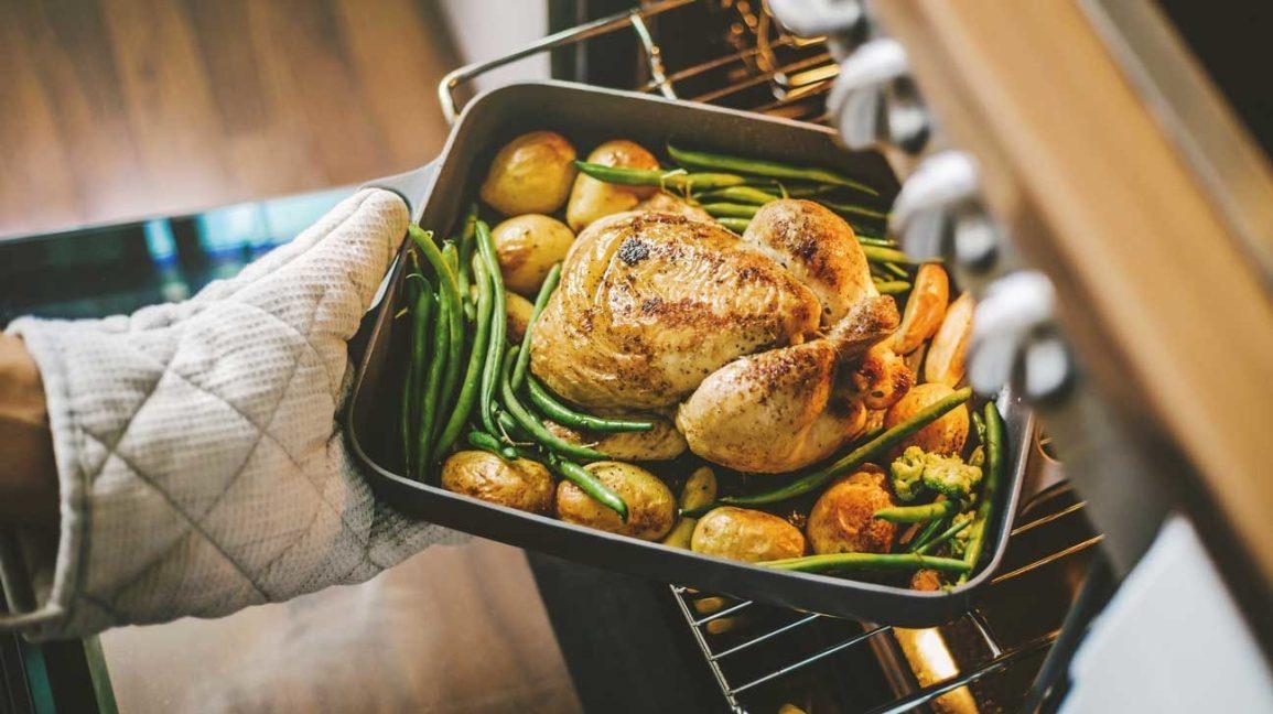 poulet rôti, pommes de terre et haricots verts sortant du four
