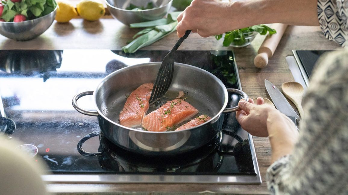 cuisson du saumon sur la cuisinière