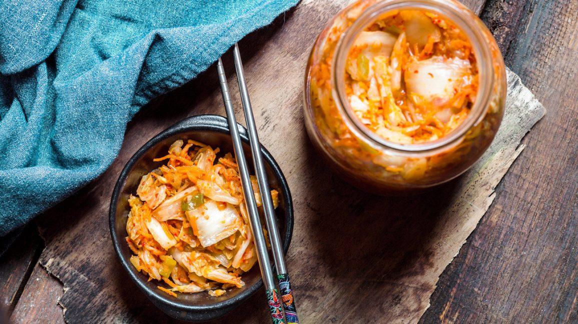 kimchi dans un bol avec des baguettes