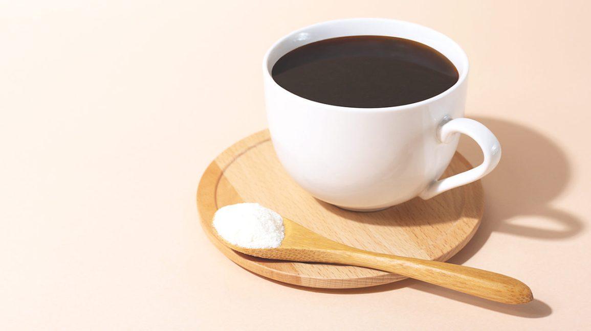Une tasse de café et une cuillère de poudre de collagène Collagène à votre café