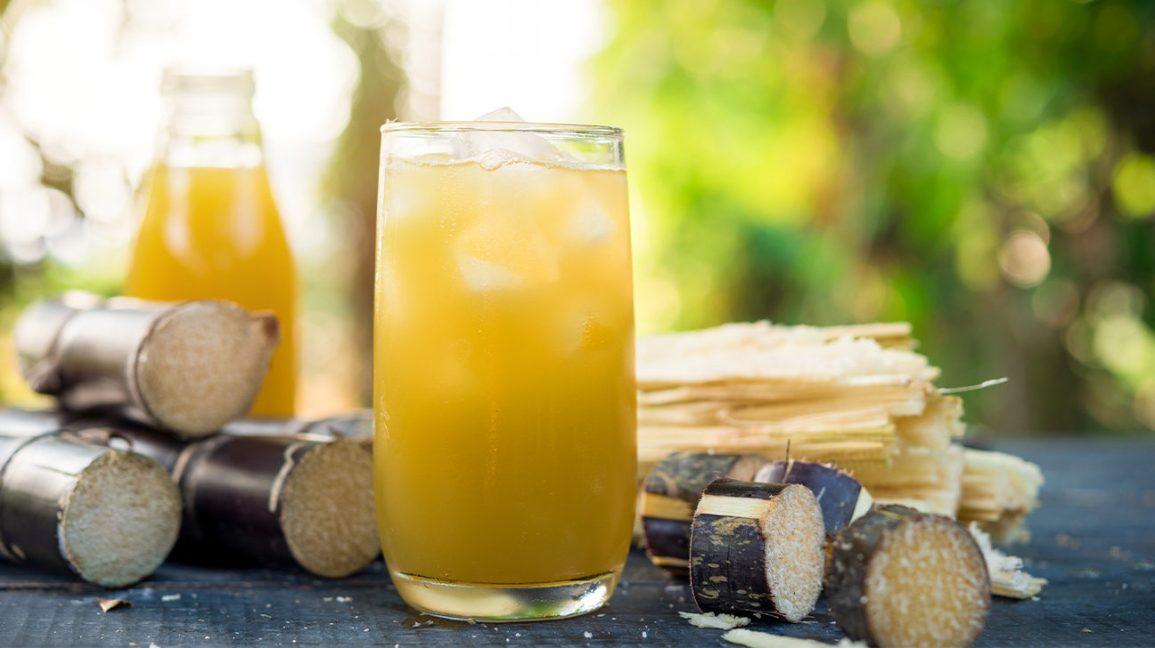 jus de canne à sucre dans un verre avec de la glace