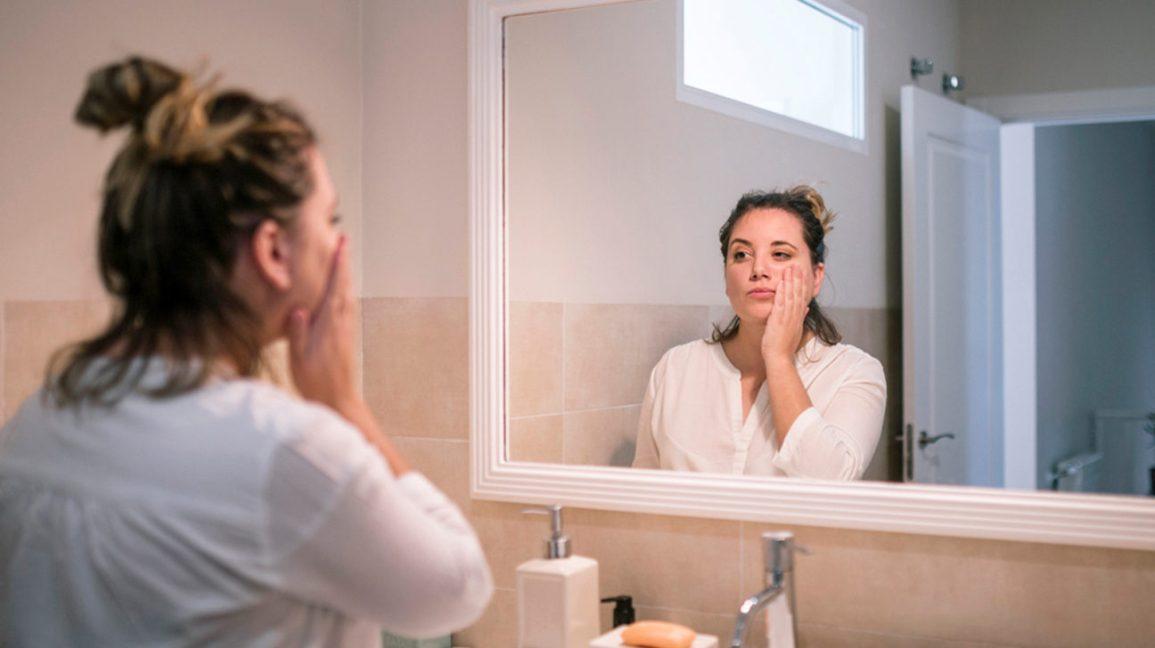 Femme, eczéma, regarder, elle-même, miroir huile de poisson