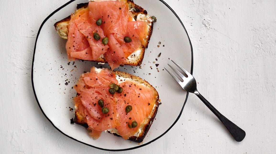 saumon fumé sur toast avec fromage à la crème et câpres