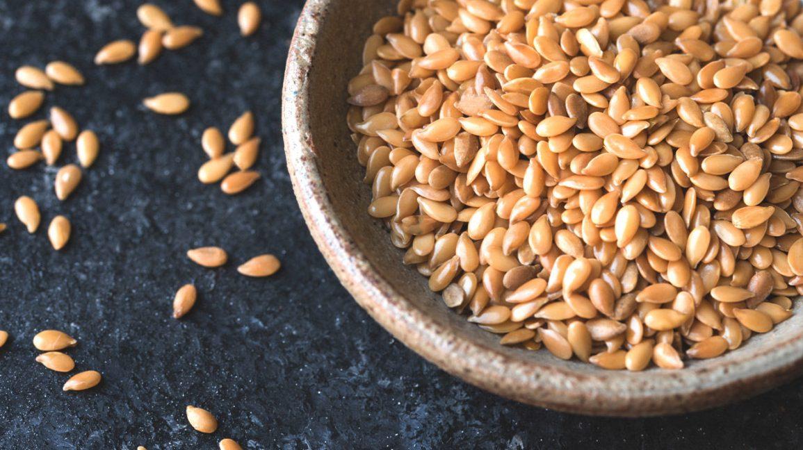 Un bol de graines de lin à faible teneur en glucides et riches en fibres