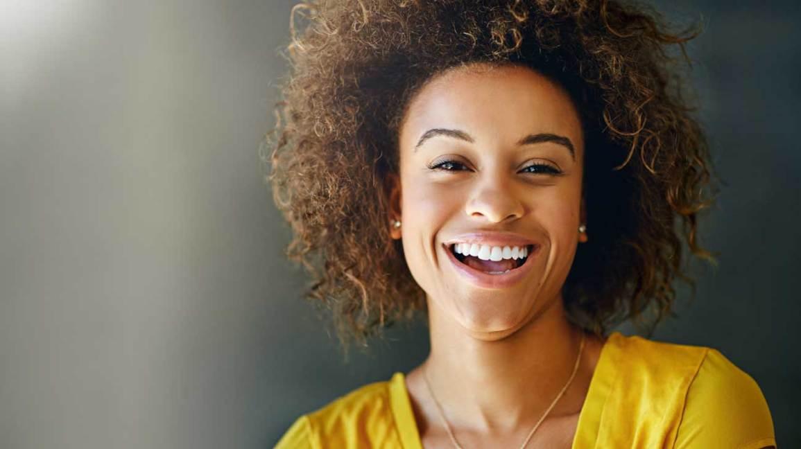 Femme, dans, chemise jaune, sourire