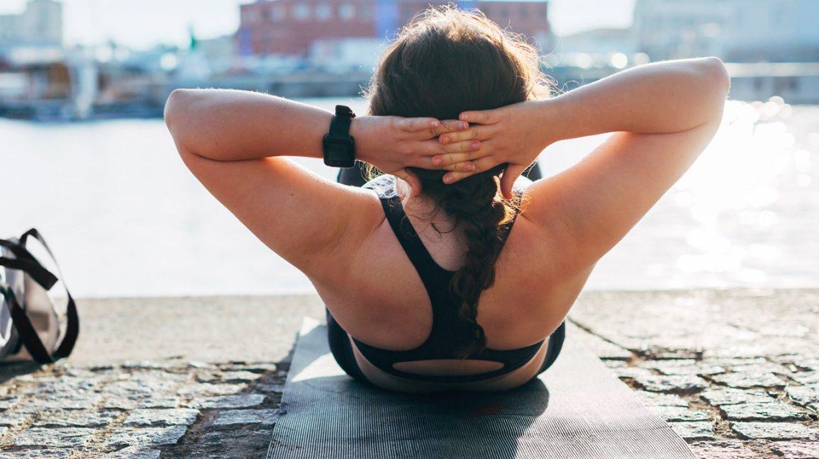 Femme exerçant pour perdre du poids