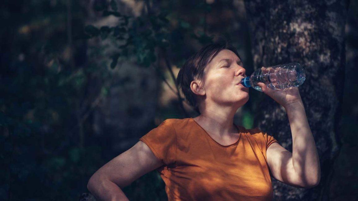 femme, eau potable, depuis, bouteille, dehors