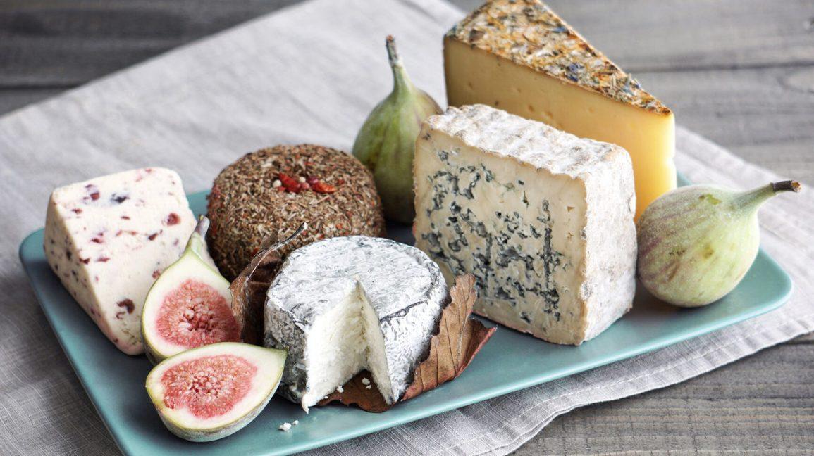 un plateau de fromages variés aux figues