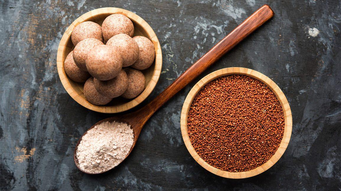 Un bol de grains de ragi, une cuillère avec des ragi moulus et un bol avec des boules de pâte de ragi
