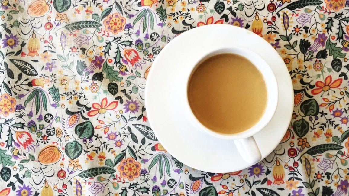 Une tasse de thé avec du lait