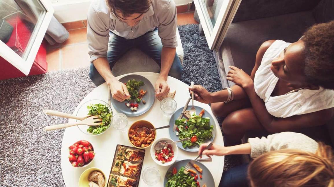 amis manger un repas végétalien