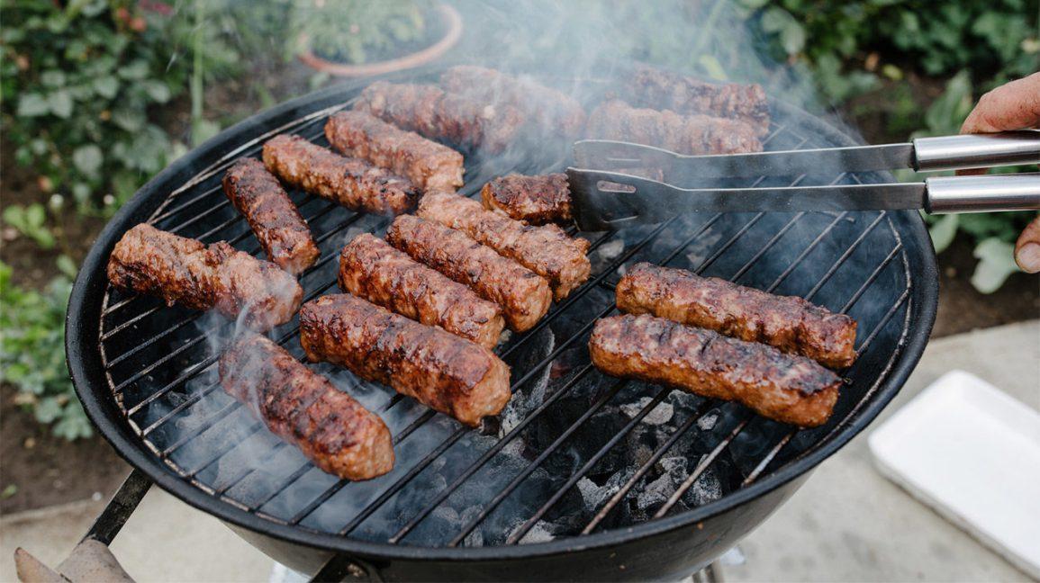 grandes saucisses de cuisson sur un grill