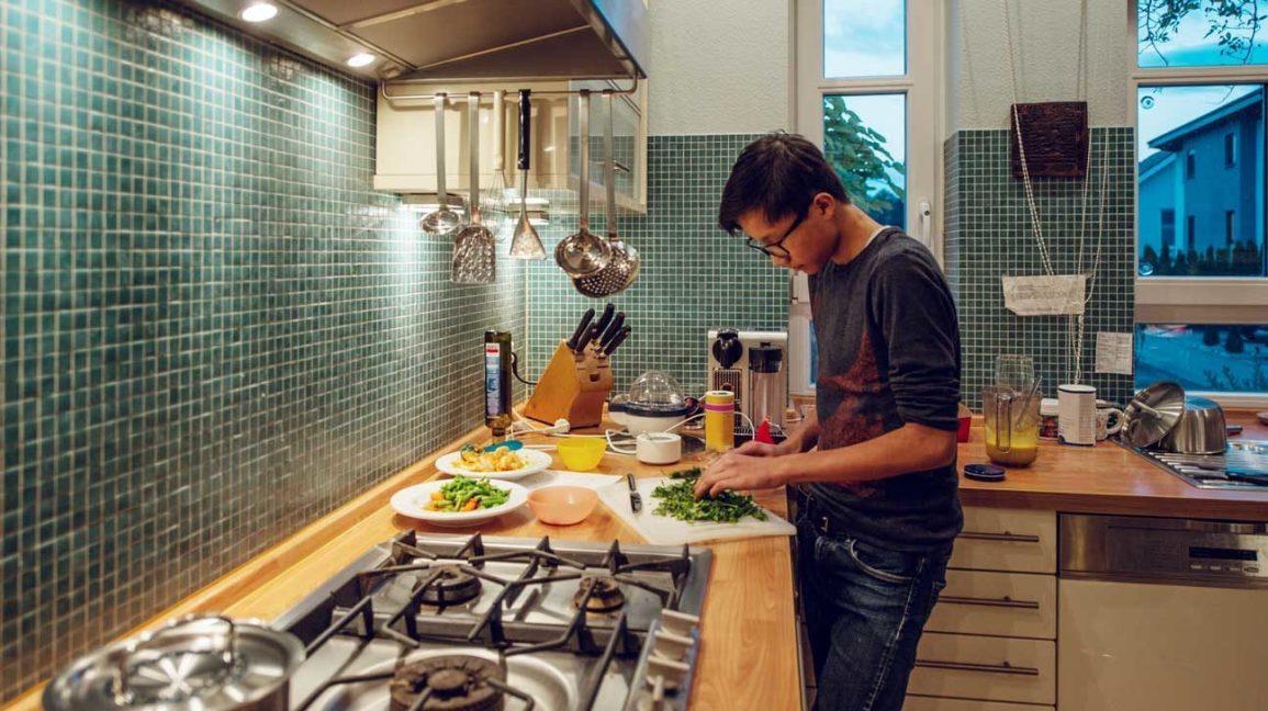 jeune homme, préparer, repas, dans, cuisine