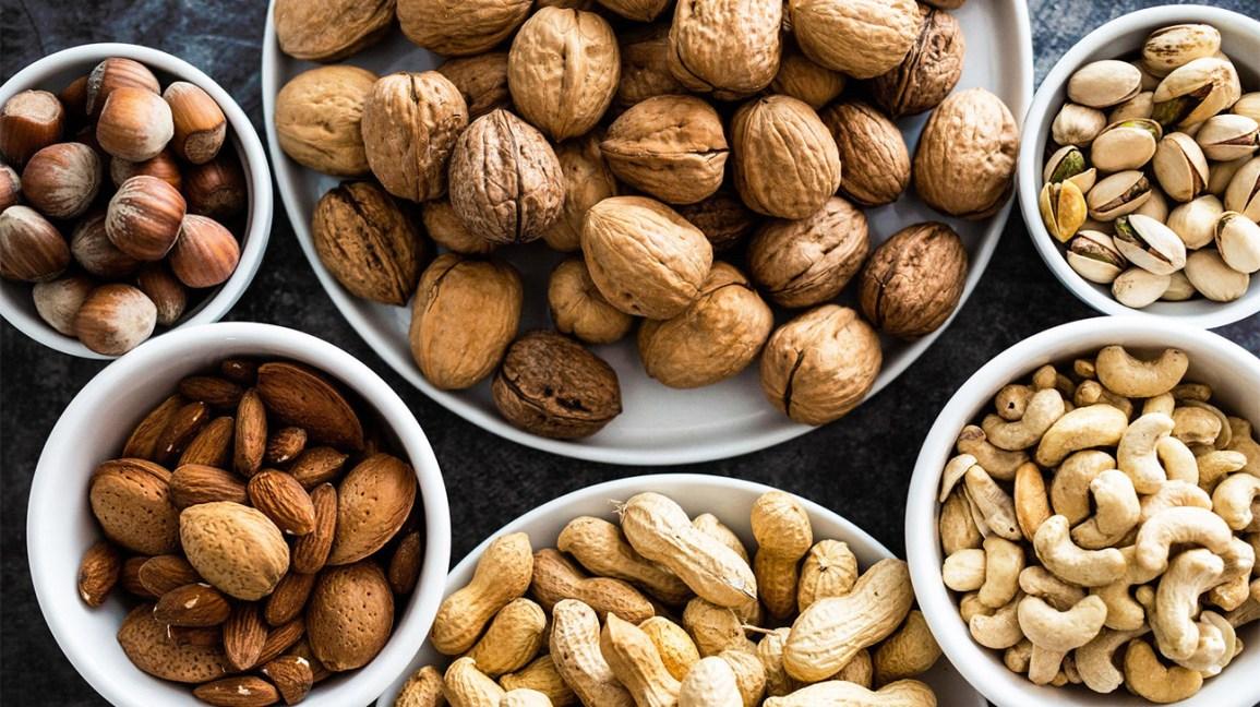 Bols avec différentes noix et graines