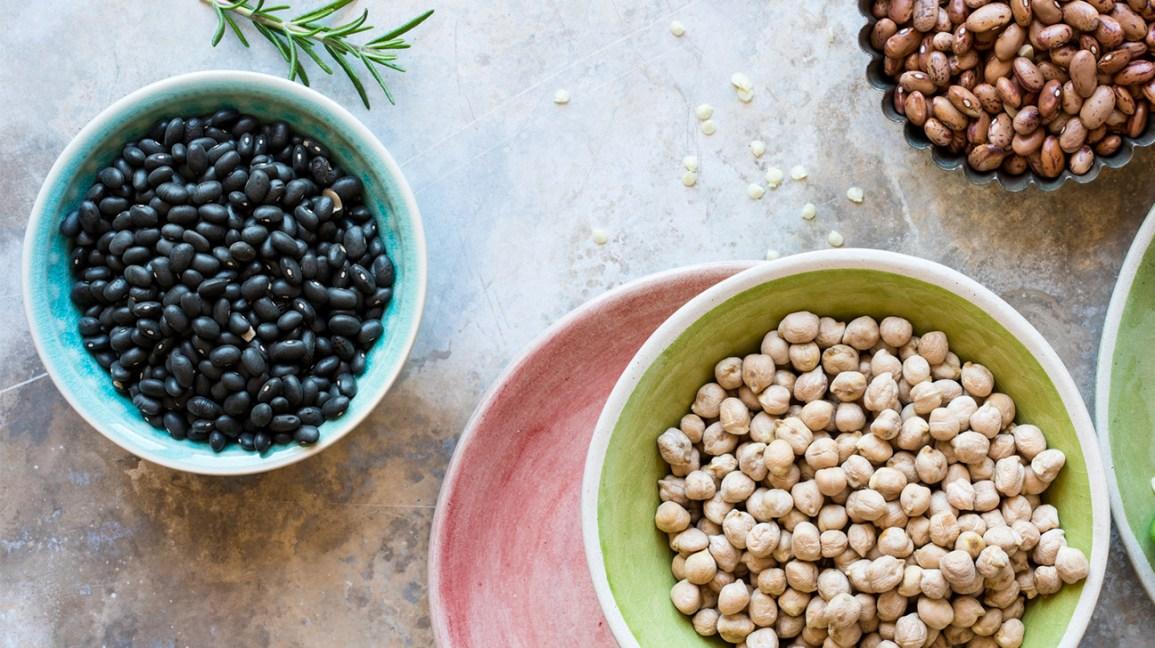 haricots et légumineuses non cuits dans des bols