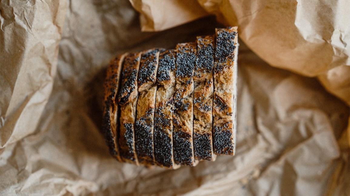 Graines de pavot Tranches de pain aux graines de pavot sur papier de boulangerie