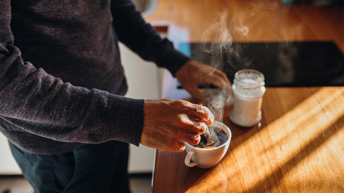 une personne faisant du café sur un comptoir