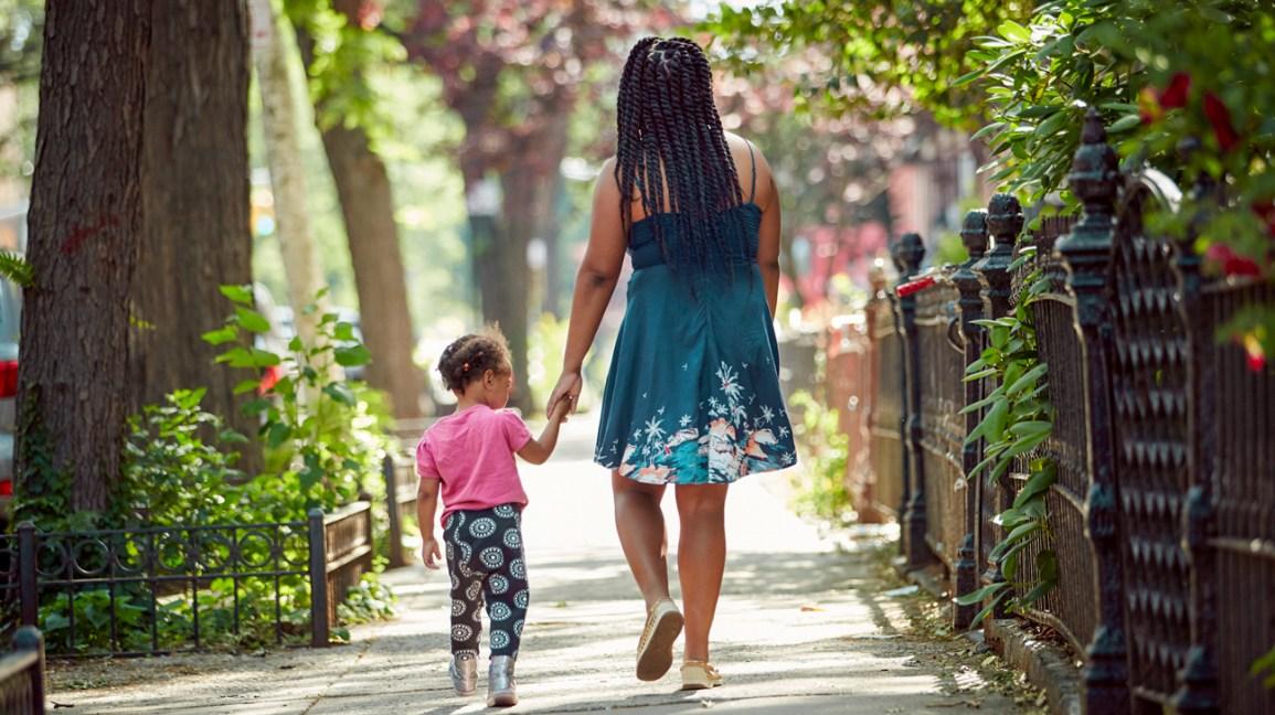 Mère marchant avec sa fille