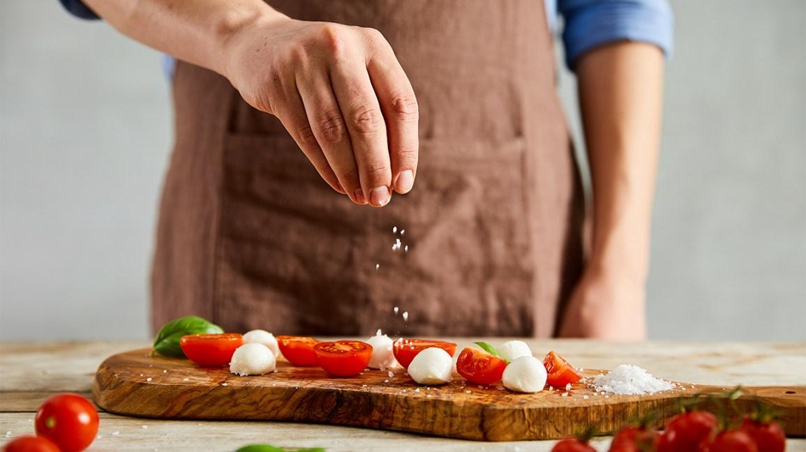 Plat de mozzarella aux tomates salées par le chef