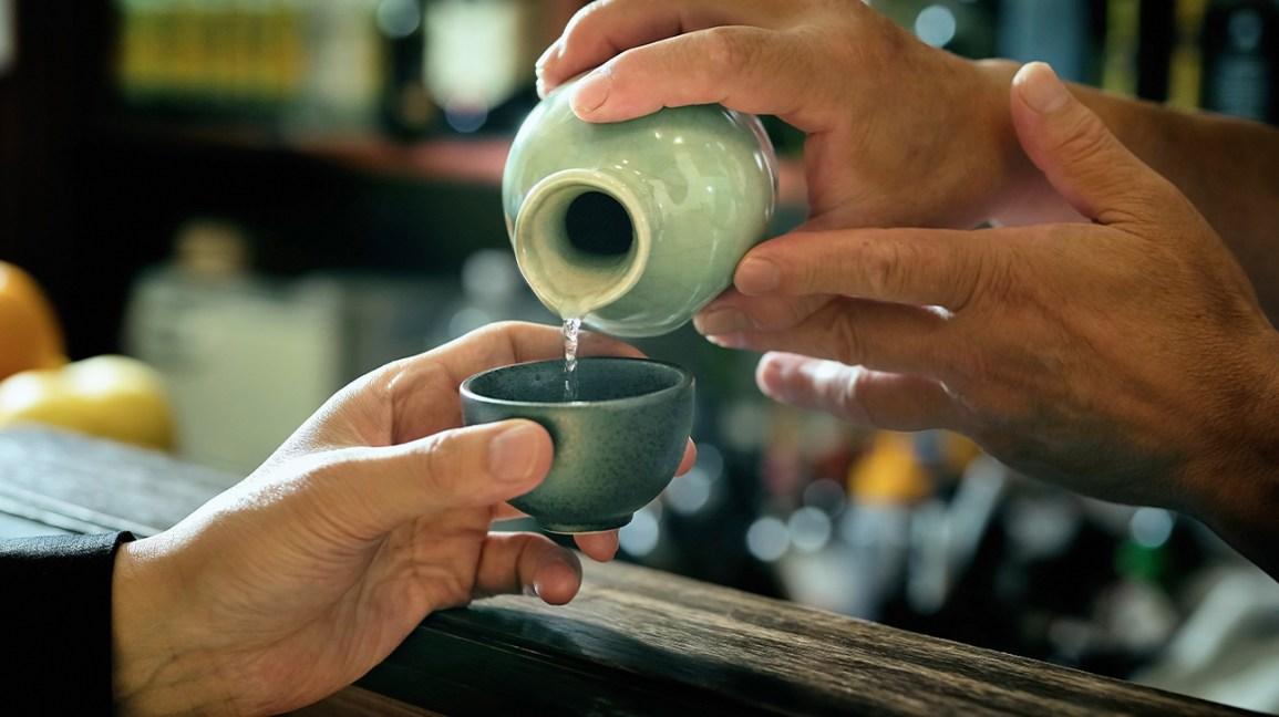 Le saké est versé