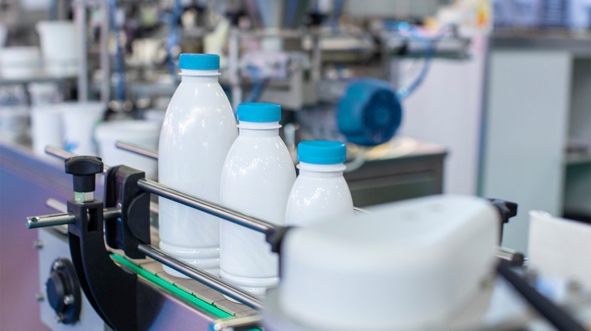 bouteilles de lait sur une ligne de production