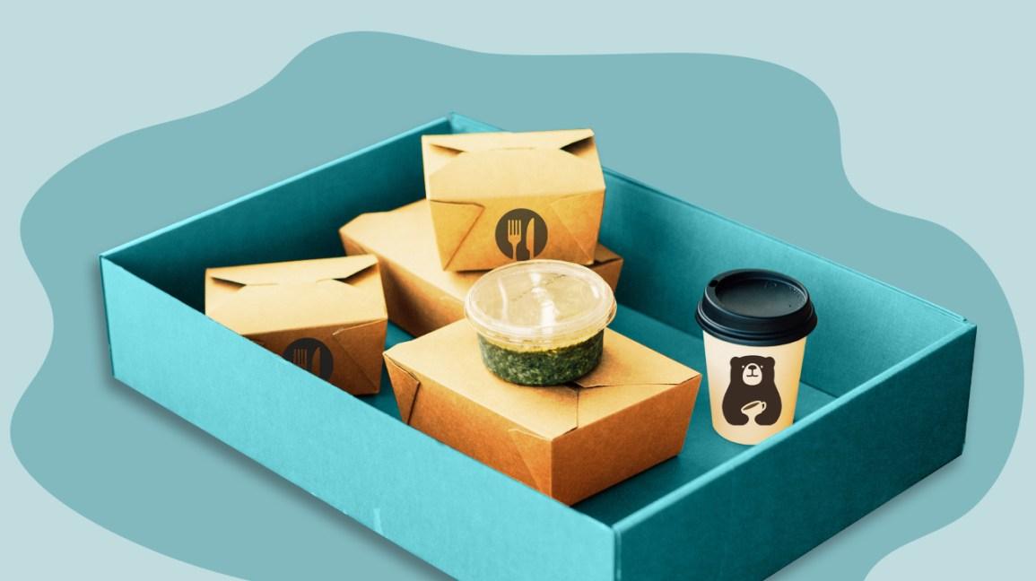un kit de livraison de repas avec divers plats en boîtes