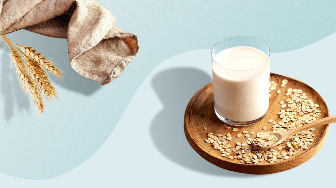 Avoine crue sur une assiette en bois avec du lait d'avoine
