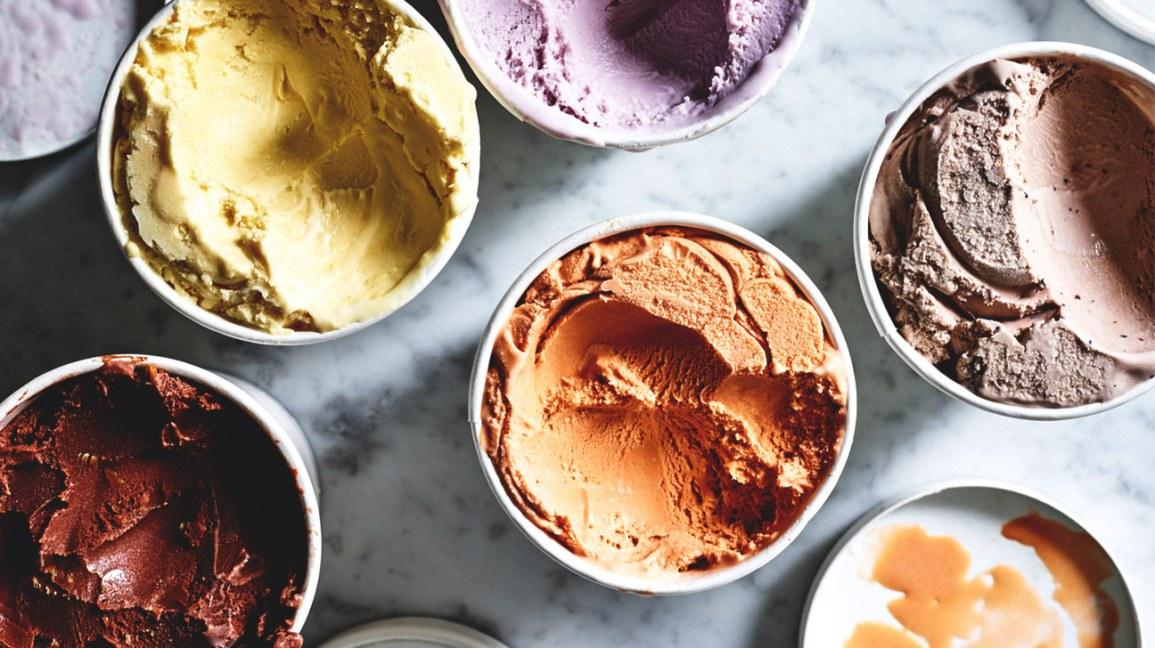 diverses saveurs de crème glacée dans des contenants