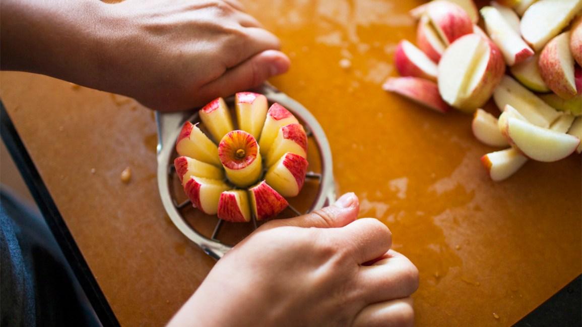 trancher une pomme avec un vide-pomme