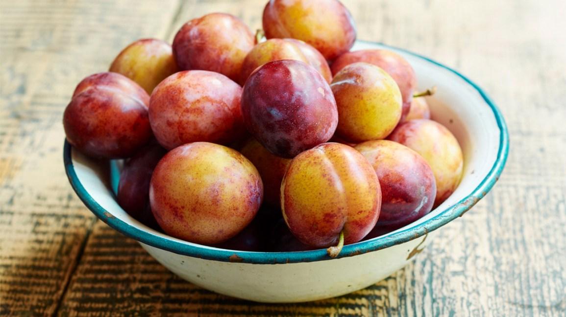 un bol de prunes fraîches