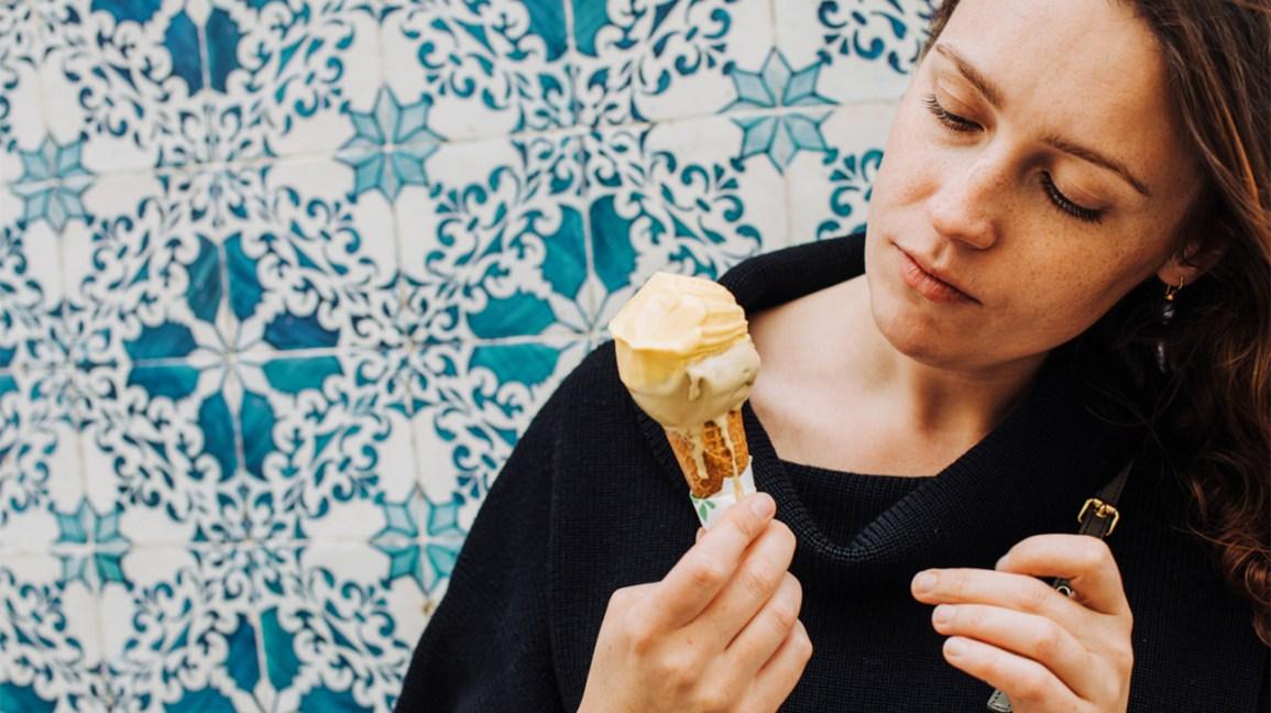 femme tenant cornet de crème glacée