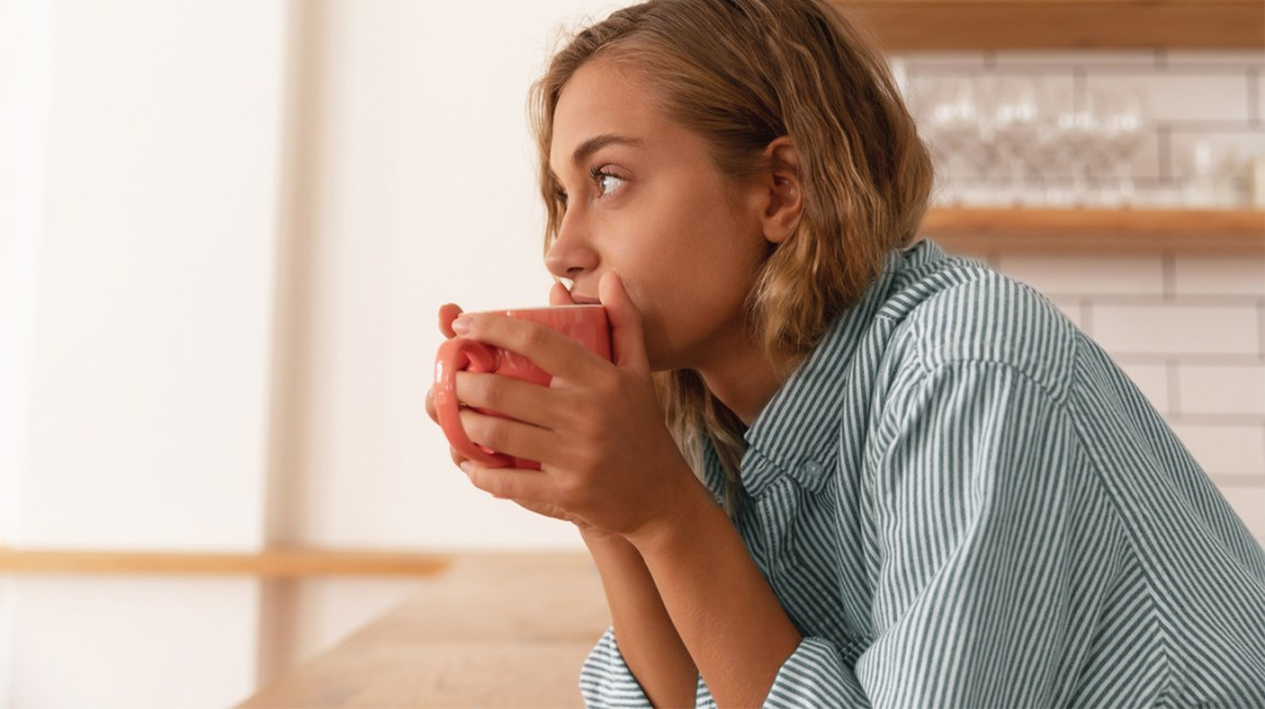 Femme buvant du thé de désintoxication aux herbes