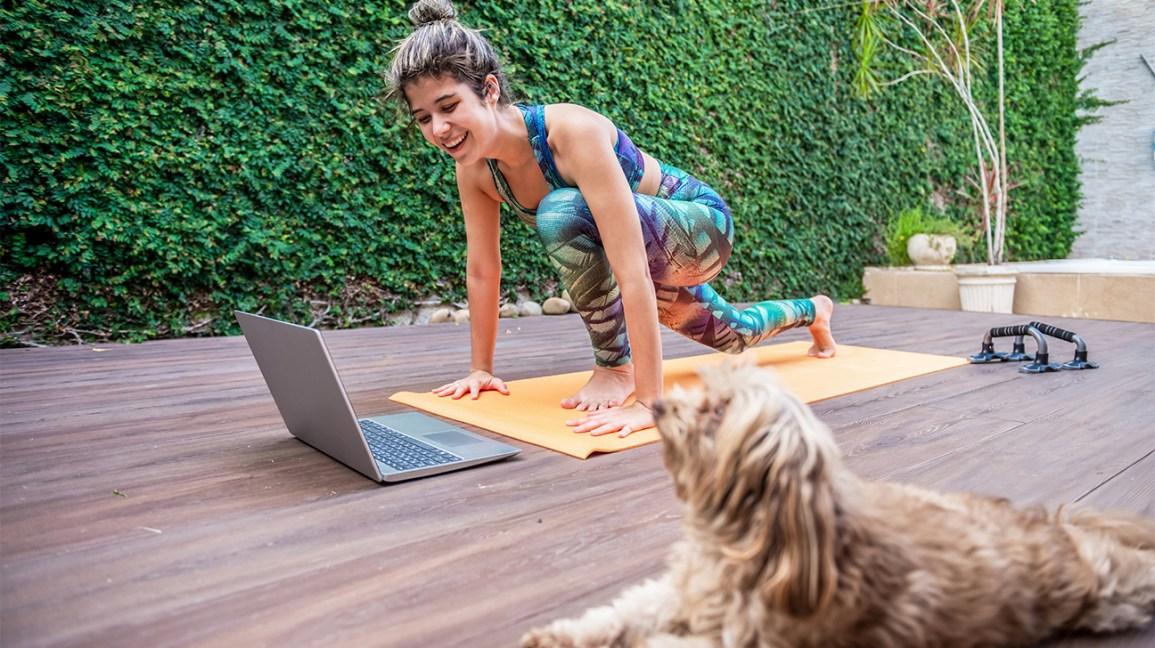 femme, faire, yoga, dehors, devant, ordinateur portable
