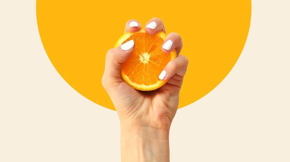 Personne tenant une orange riche en vitamine C