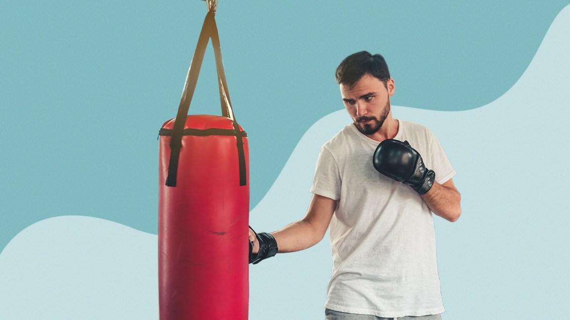 homme pratiquant avec sac de boxe