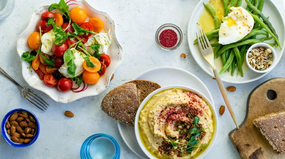 houmous avec pain et salade caprese fraîche