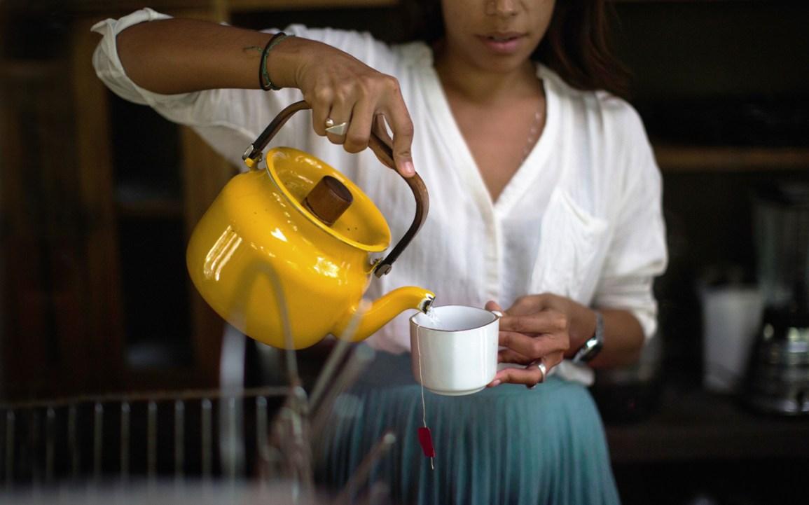 femme, verser, eau chaude, dans, a, tasse thé