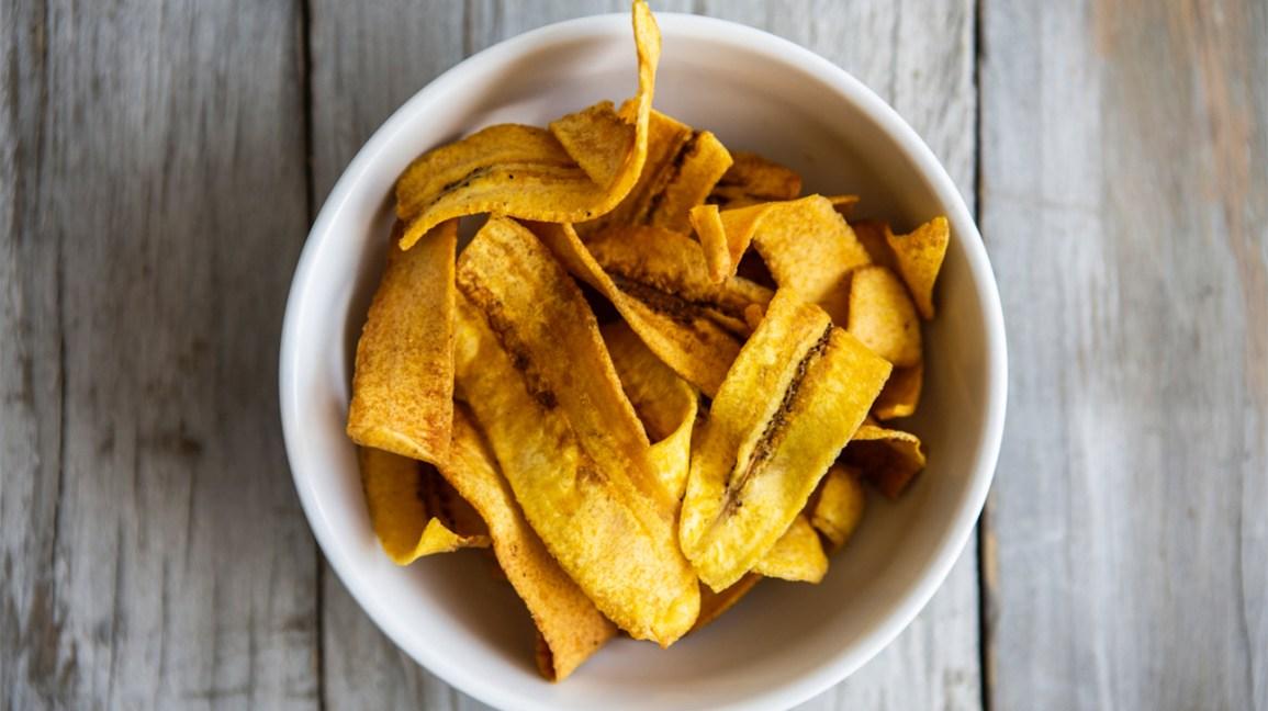chips de banane dans un bol