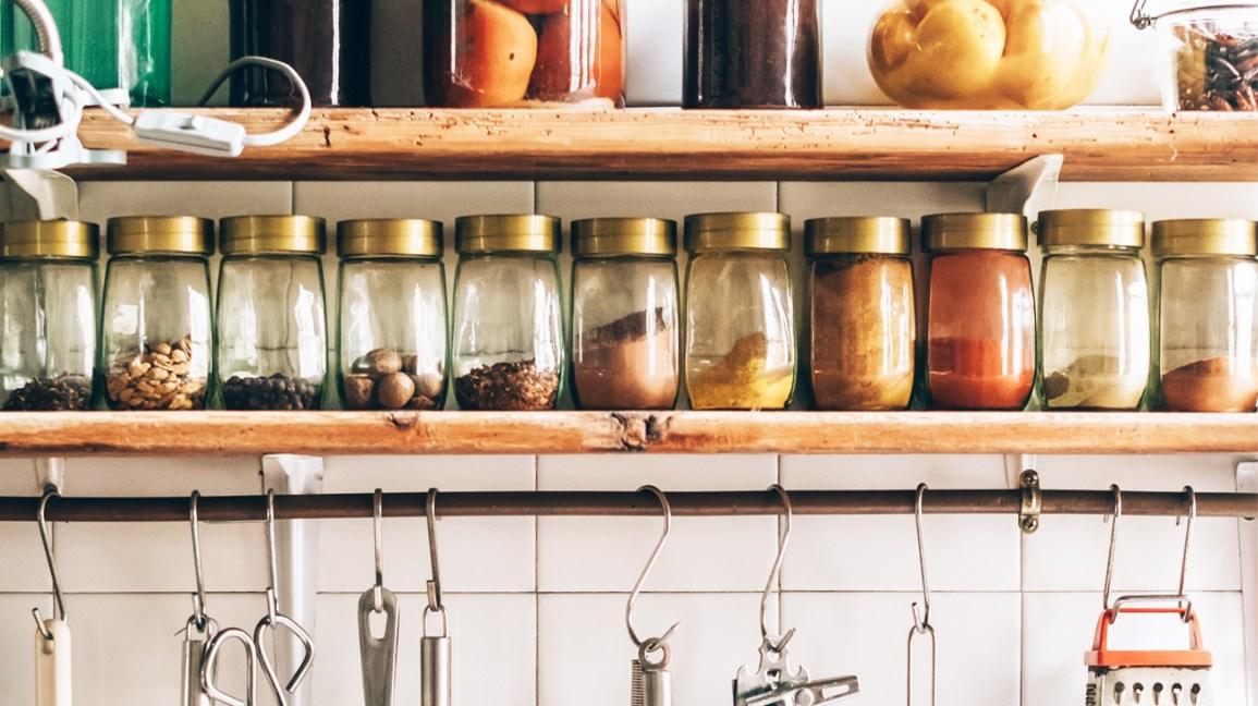 un support à épices avec plusieurs épices en vrac