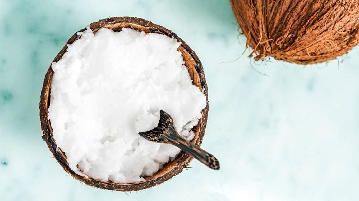 huile de coco dans une coque de coco