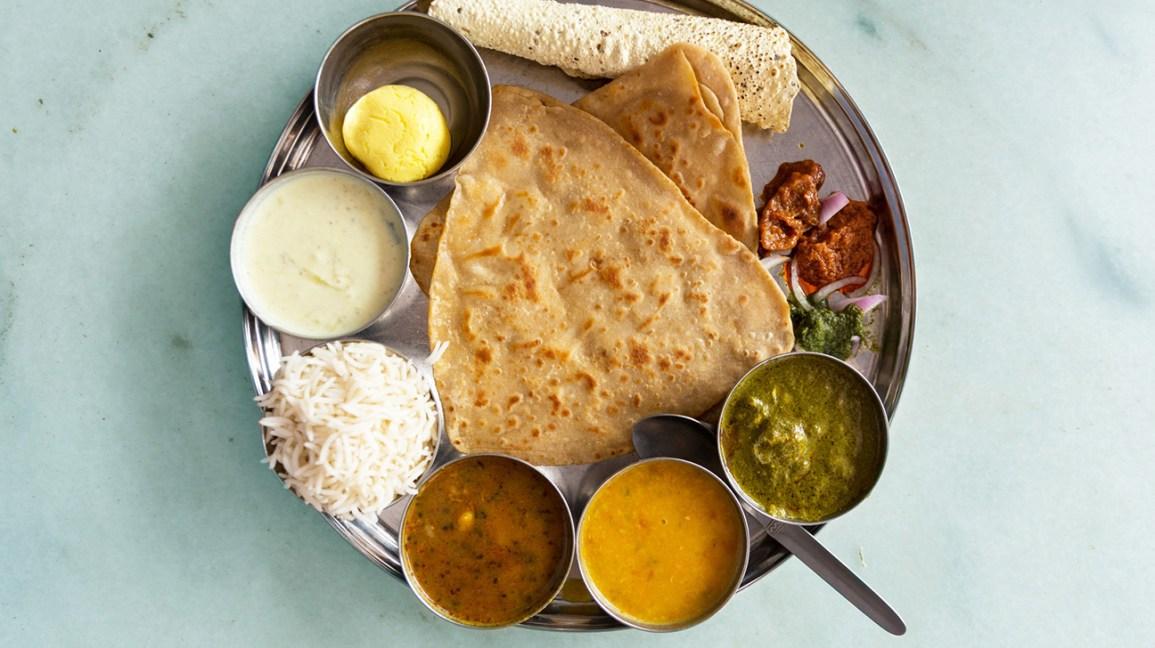 Plateau de thali indien avec du riz et des aliments assortis dans des bols