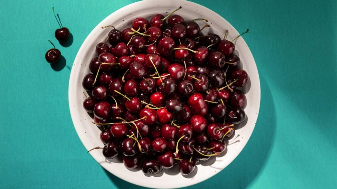 Bol de cerises riches en flavonoïdes (vitamine P)