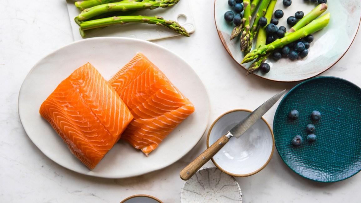 saumon, asperges et myrtilles sur assiettes
