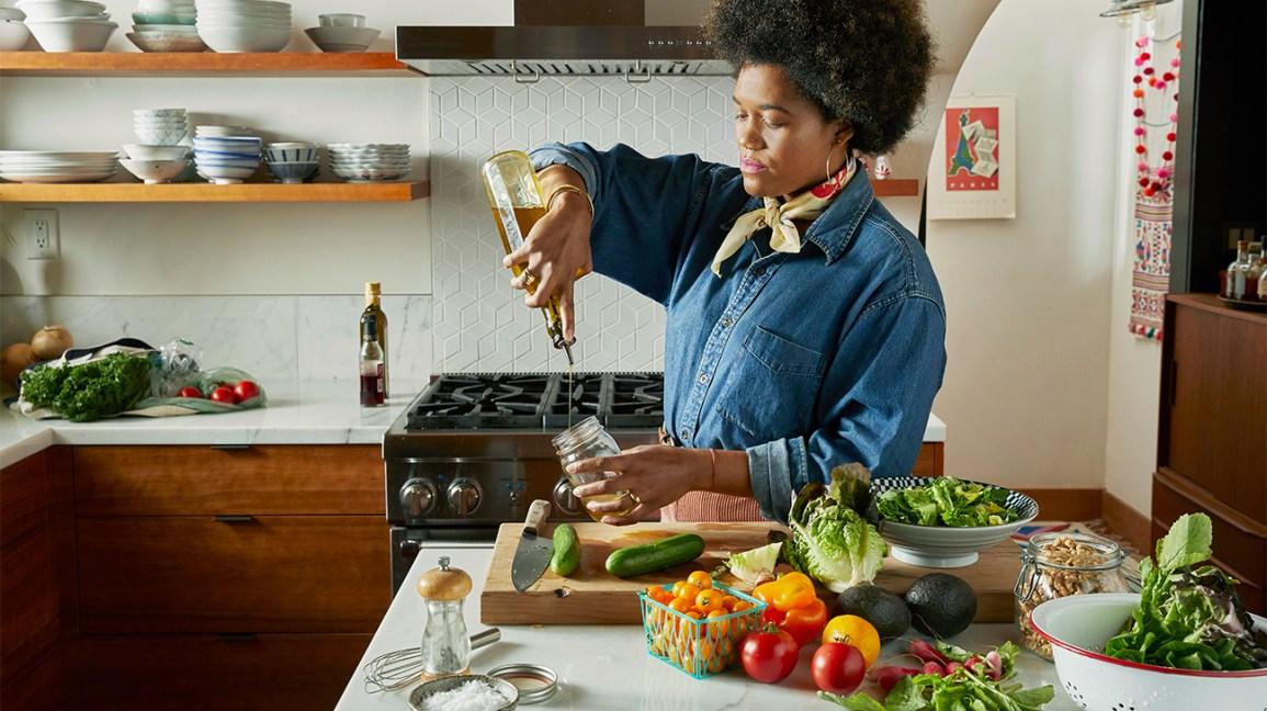 femme, faire, salade, et, verser, vinaigrette, dans, pot