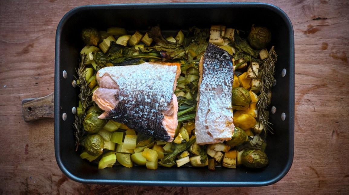 Régimes riches en protéines un plateau de légumes au four et de saumon