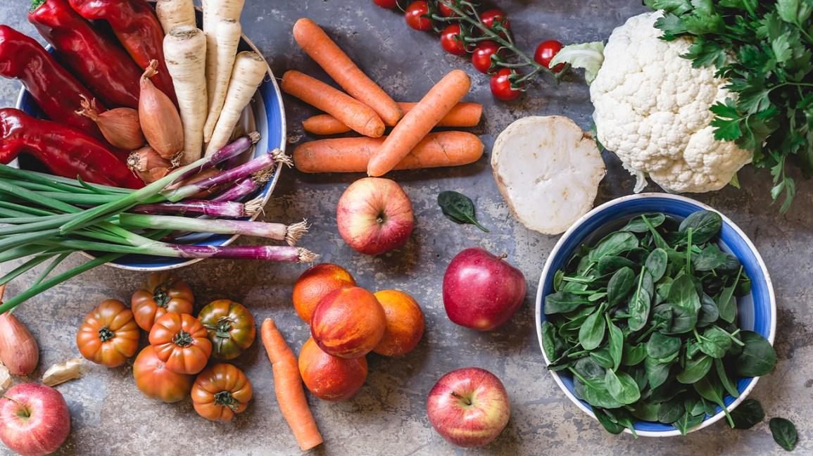 une sélection de fruits et légumes frais dans des bols et sur un comptoir