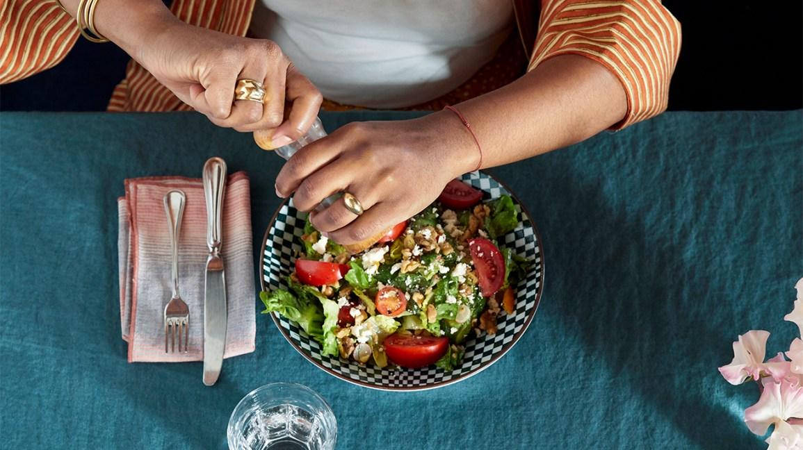 Personne mangeant une salade