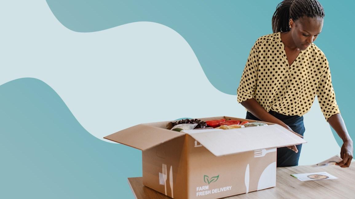Femme ouvrant une boîte de livraison de repas