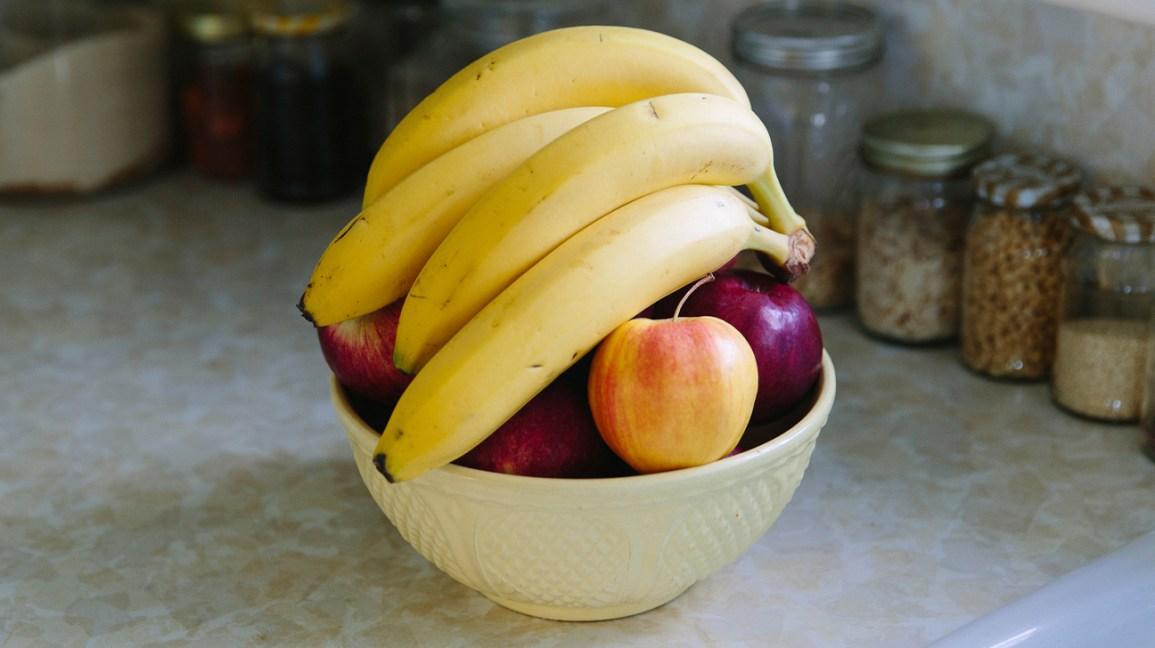 Un bol de fruits avec des bananes
