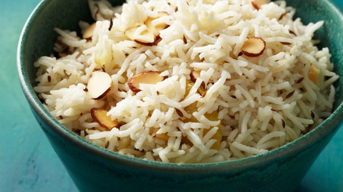 riz basmati cuit dans un bol avec des éclats d'amandes